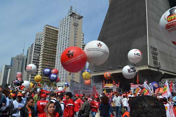Manifestantes param Avenida Paulista