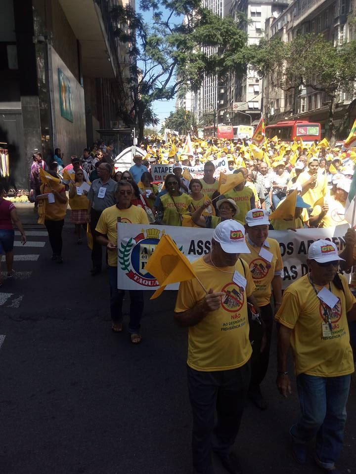 Ato em Porto Alegre reúne centenas de aposentados e trabalhadores