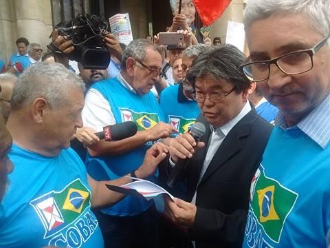 Aposentados carregam Bonecão de Temer embaixo de chuva e tumultuam centro de São Paulo