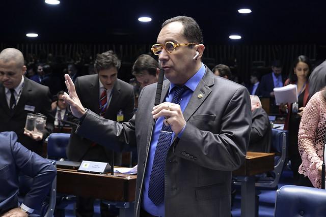 Com tumor, senador adia cirurgia para votar reforma da Previdência